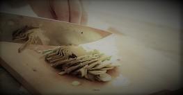 Conchiglie rigate con carciofi e salsiccia.