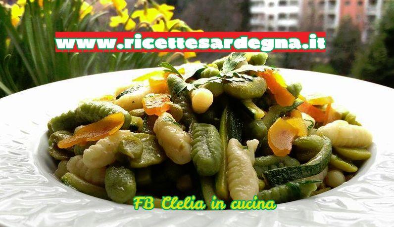 Gnocchetti sardi bicolori con fave fresche e bottarga.